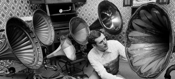 Ascoltare musica music listening vintage grammofono Ringomusic Ringo Drumshop Drumstore 2020 Drums Drum Drummer